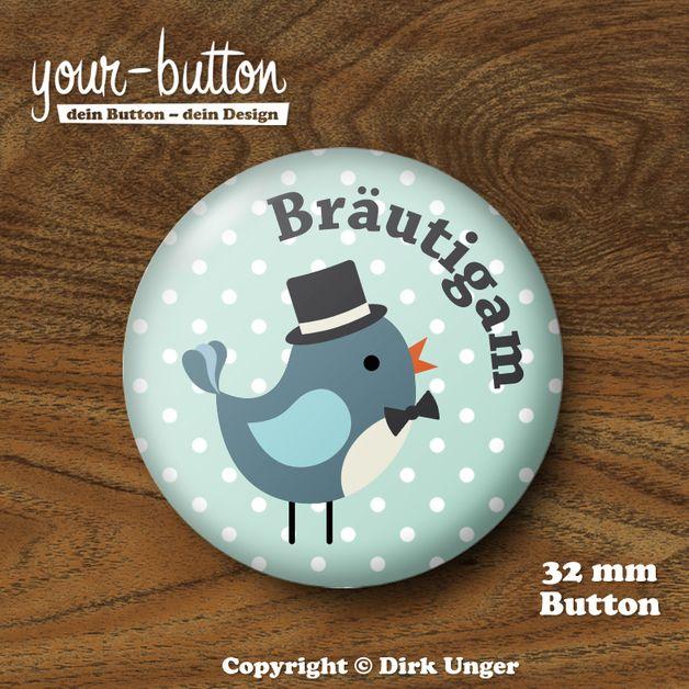 """Button mit einem niedlichen kleinen Vögelchen als Bräutigam mit Zylinder und Fliege, aus unserer Button-Edition """"Vogelhochzeit"""". Auch erhältlich für die Braut, die Trauzeugen und das JGA-Team - wirf einen Blick in unseren Shop! http://de.dawanda.com/product/47682702-Button-Braeutigam-Vogelhochzeit-32-mm"""