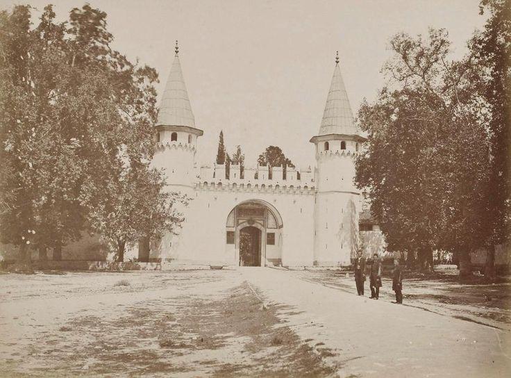 1870, Topkapı Palace by Pascal Sebah - Topkapı sarayı 1. avlu giriş kapısı.