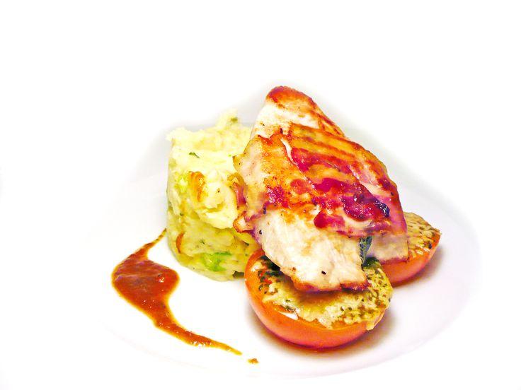 Krůtí steak na lávovém grilu balený v tyrolském špeku se zapečenými tomaty s parmesanem #ukastanujarov http://www.ukastanu.cz/jarov
