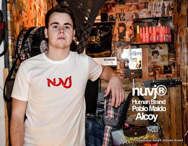 Camiseta nuvj con logo de Rafael Calbo, colores diferentes para camisetas exclusivas. Modelo, Pablo Maldonado.