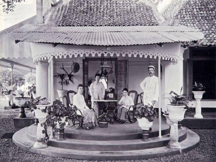 Kalibagor, Banyumas circa 1905. Keluarga Administratur Pabrik Gula Kalibagor. Tropenmuseum TMnr 60004377
