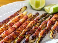Aspargos enrolados com bacon (Foto: Robert Schwenck)