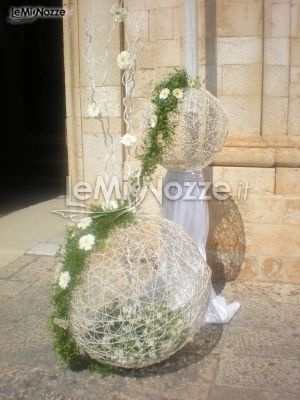 http://www.lemienozze.it/operatori-matrimonio/fiori_e_addobbi/l_oasi_verde/media/foto/13  Addobbo floreale per l'esterno della chiesa con fiori bianchi racchiusi in sfere