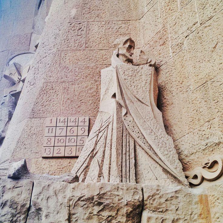 ¿Sabías que en la Sagrada Familia encontramos dos hombres besándose? Es Judas besando a Jesús para que los romanos supieran quién es, detrás de él encontramos una serpiente y al lado un crucigrama que suma la edad de Jesús en cualquier dirección!