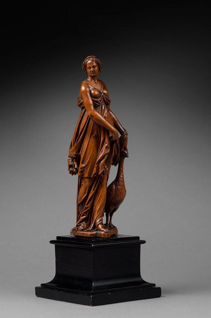 Junon   Epoque:FLANDRES, vers 1600  Description:Buis sculpté  H. 34,5 cm, 13 x13 cm  Cette sculpture est la seule connue de ce modèle. Elle a été représentée par Sébastien Stoskopff (1596 -1657) sur une de ses natures mortes (Vers 1630 Musée du Louvre, Paris, inv.