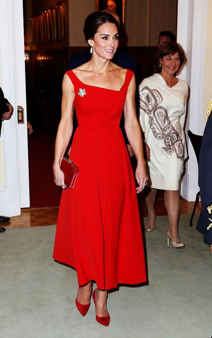 Evento: Recepción en la Casa del Gobernador en Victoria. Look: ¡Elegancia al máximo! Kate impresionó con un vestido rojo de Preen, broche de maple, aretes de Soru, clutch de Jenny Packham, zapatos de Russell and Bromley. Costo