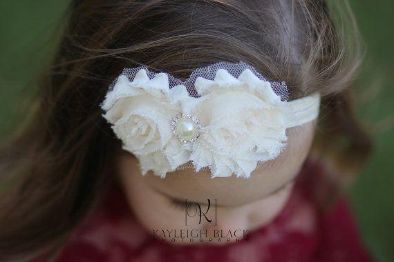 Diese schöne Stirnband verfügt über zwei Elfenbein chiffon-Blüten mit einem luxuriösen Blickfang-Strass-Juwel. Die Blume ist gesicherten Komfort spürbar. Einfach und doch elegant, sicher, ein richtiger Blickfänger zu sein!! Verbinden Sie es mit einem unserer liebenswert Spitze Petti Spielanzug für einen vollständigen Blick.    WERBEGESCHENK!!! Wie wir auf FB monatliche kostenlose Werbegeschenke https://www.facebook.com/Jamiepowelldesigns    Angebot gilt für ein Elfenbein Stirnband…