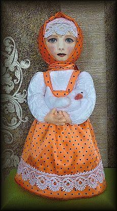 Алёна, мягкая, текстильная кукла на конусе. Личико нарисовано пастелью, акриловыми красками и покрыто лаком. Алёна сделана в образе сельской девочки, которой приходится рано вставать и кормить птицу. На руках у Алёны любимая белая уточка, с которой она всегда разговаривает, как с подружкой. Рост 37 см.