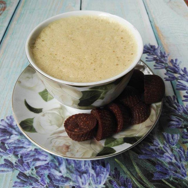 Kawka z białeczkiem i czekoladki własnej roboty. To jest śniadanko;) #breakfast #earlymorning #thursday #coffee #coffetime #sniadaniemistrzow #sniadanie #bialkowotluszczowe #olejkokosowy #kakao #nerkowce #migdały #erytrol #filiżanka #eatcleaning #eatclean #fit #motivation #polishgirl #delicious #smacznachwila #eatinghealthy #pyszności #zdroweslodycze #homemadechocolate #domowaczekolada #ilovechocolate #chocolatehomemade #domowesłodkości #chocolatelove