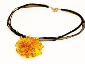 Ещё одна Новиночка появилась в магазине https://www.livemaster.ru/item/18698733 Кулон цветок янтарь сделан- собран из камушков янтаря медового цвета. нарядное украшение на лето для женщин, для девушек из натурального янтаря.на ленте органзы и шнуре вощёном шнуре.цветок 5- 5,5 смКулон под шею. 40-45 см лентаХороший подарок девушке, молодой женщине на день рождения.
