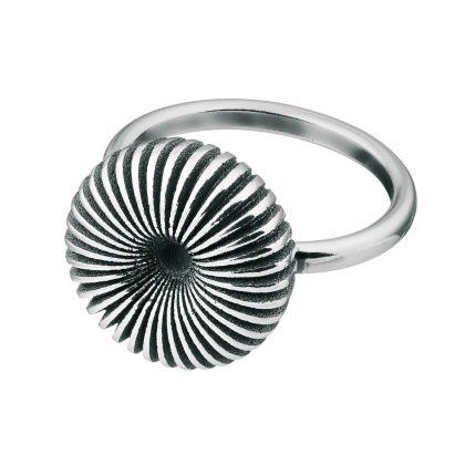Kalevala Koru / Kalevala Jewelry / Pyörre-sormus / SWIRL RING / Designer: Vesa Nilsson / Material: silver  also available in bronze
