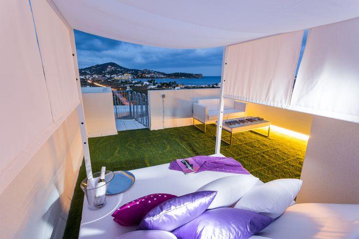 SANTORINI APARTMENT | Disfruta de una de las mejores vistas a la playa de Talamanca desde cualquiera de las dos amplias terrazas y del espacioso solárium de este apartamento de 100m2. #ibiza #luxury #apartment #ibizaluxury