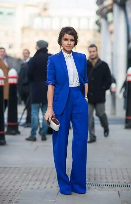 Siempre lo vemos en blanco y en negro, pero ahora en azul es impactante este traje sastre