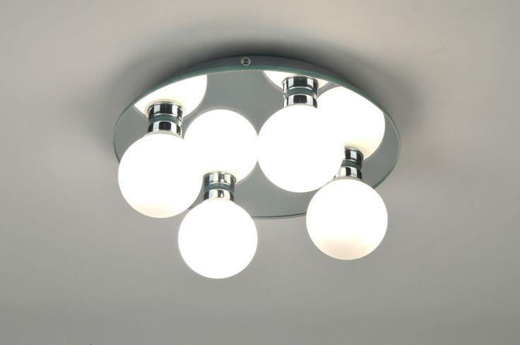 Artikel 71100 Bijzondere badkamer-plafondlamp in spiegelend chroom met vier glazen bollen.  De vier bollen zijn van mat opaal glas waardoor er een sfeervolle, warme verlichting ontstaat.  Door de spiegelende plafondplaat ontstaat er een ruimtelijk effect en wordt het licht mooi gereflecteerd. Afdichtingsklasse: IP44 Geschikt voor: 4x 25 watt of 28 watt G9 230V ECO halogeen lampen.(exclusief)