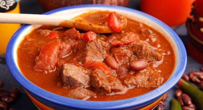 El cerdo al jitomate es un guiso mexicano que consiste en cocinar cerdo en una salsa de jitomate. Es un platillo perfecto para servir con frijoles y arroz.