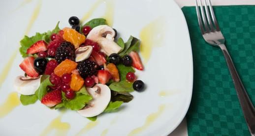 Olio Fragrante per la nostra ricetta: Insalata di funghi champignon e frutti di bosco  #oliobertolli #oliorofragrante #ricettebertolli #ricette #insalata #piatti #funghi #cucina