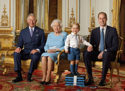 ENGLANNIN KUNINKAALINEN PERHE 21.4.2016 Neljä sukupolvea: prinssi Charles, kuningatar Elisabet, pikkuprinssi George sekä prinssi William.