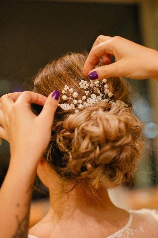 GRINALDA: a grinalda consiste no acessório de cabeça que a noiva escolhe para compor seu penteado. Podem ser flores, coroas, grampos, pentes, etc.