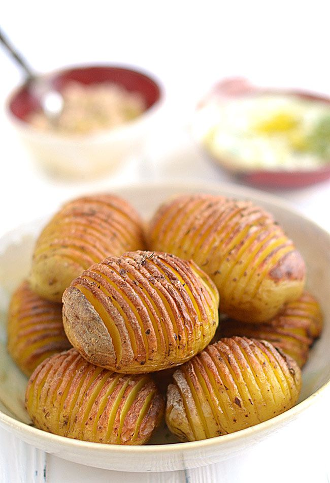 """Pieczone ziemniaki """"harmonijkowe"""" (zwane też Hasselback) z dwoma dipami: Niby nic oryginalnego - ziemniaki, trochę oleju, ziółka. Gorący piekarnik. Jakaś..."""