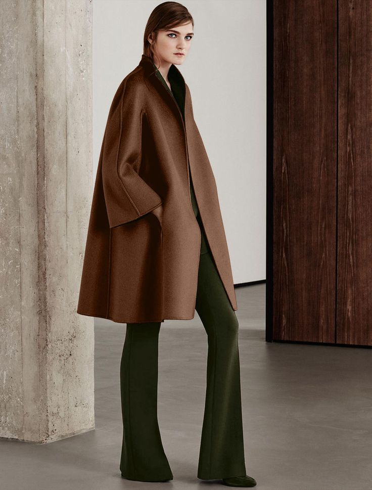 MAXMARA   Reversible coat in double layered, pure, two-toned cashmere. Featuring a slightly flared line on the bottom with kimono sleeves and side pockets. Matching belt   Product name: LAZIO   Product code: 1086065506015   Colour: Bronzo   €2,600
