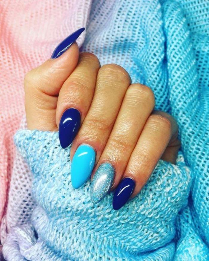 decoración uñas, color azul, tonos azules diferentes, forma almendrada de las uñas