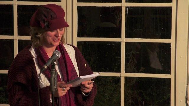 Pauline Meijwaard, sneldichtkunstenaar, leest het allomvattend gedicht van het inspiratiePodium Arnhem #11   15 november 2012, by Flinq Creative Video.