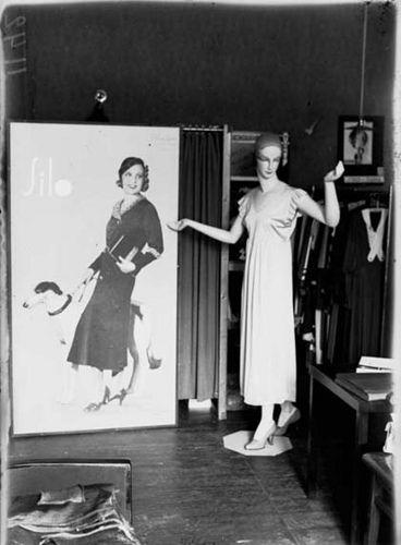 Silon muotikuva ja yöpaitaan puettu mallinukke esittelevät Silon tuotantoa. Tuotanto keskittyi naisten kevyempään vaatetukseen, kuten alusvaatteisiin, sukkiin, puseroihin ja leninkeihin. 1930-luvulla Silon tärkeimpiä tuotteita olivat kerrastot ja aluspaidat, alushameet sekä yöpaidat.   Syitä Silon nopeaan menestykseen olivat erityisen huomion kiinnittäminen tuotteiden ulkonäköön sekä innovatiivinen ja moderni ote mainontaan. Tuolloin oli yleistä, että kotimainen trikooteollisuus tyytyi…