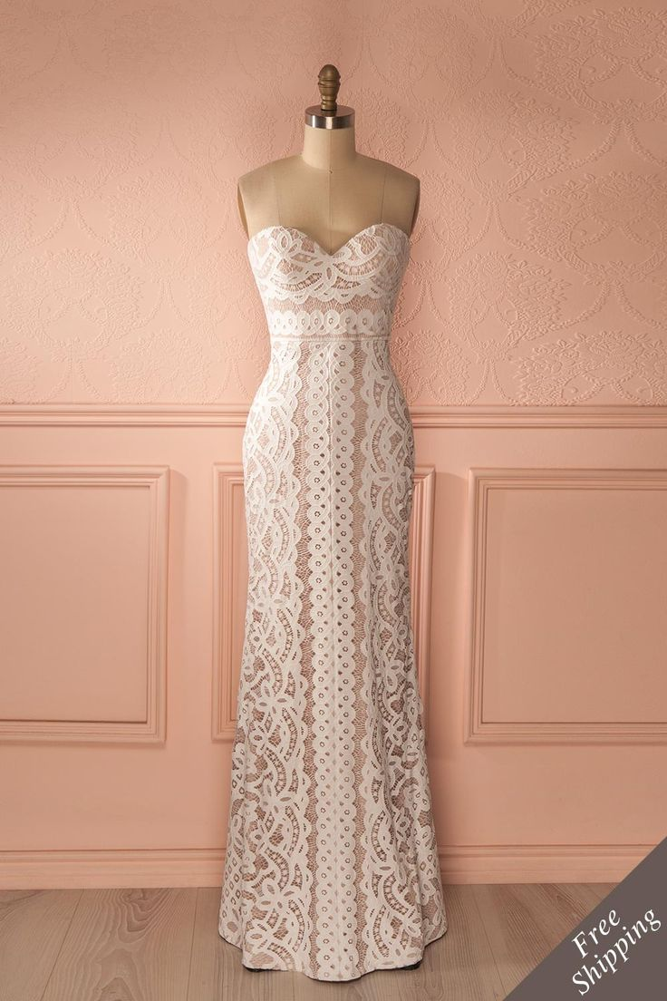 Elle marchait droit devant elle, telle une Déesse se rendant à son trône.  She walked straight in front of her like a Goddess making her way to her throne. Cream lace bustier gown https://1861.ca/products/nelda-neige