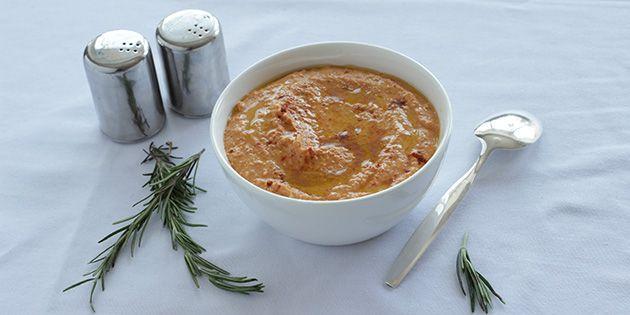 Suveræn hummus med rød peberfrugt, som tilføjer en vildt god smag. Kan både bruges som dip, smørepålæg eller som en lækker dressing.