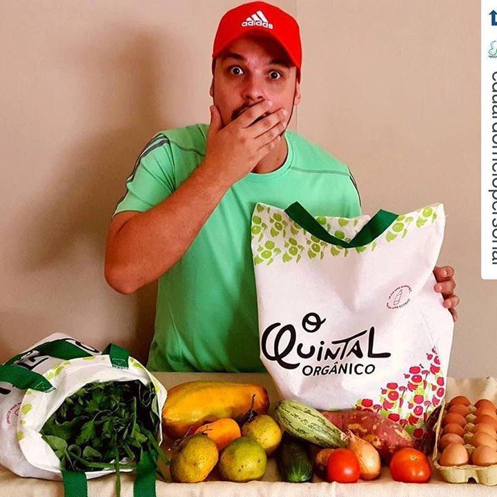 Surpresos!!! É assim que nossos clientes ficam quando recebem sua cesta em casa.  #Repost @eduardomelopersonal with @repostapp.  Olha o presentinho mais que especial e saudável que ganhei hj do @oquintalorganico! Estas cestas cheias de frutas verduras e legumes... e todos orgânicos!!! Visite o perfil do @oquintalorganico e garanta uma semana com saúde em sua casa Muito obrigado pelo carinho   #eduardomelopersonal #atitudeboaforma #oquintalorganico #julianapaiva #anajudorigon #vidasaudavel…