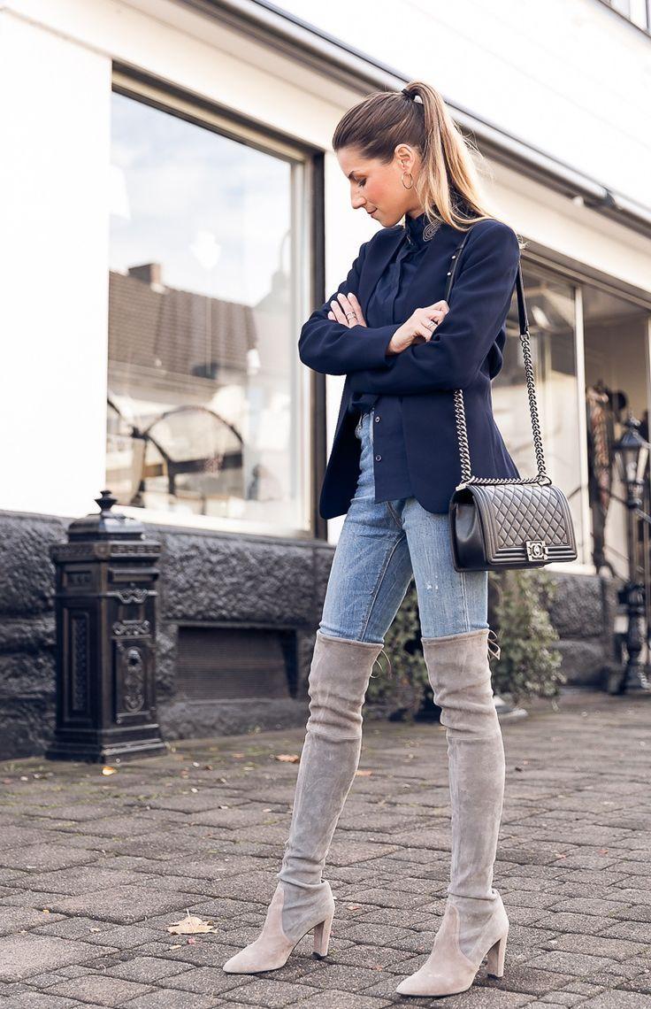 Die Stiefel sind zurück: Overknees, Blazer, Stehkragenbluse und Jeans , #blazer…