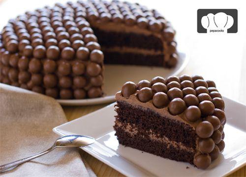 pastel con bolitas de chocolate