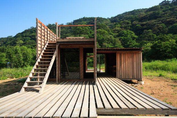 Chen House został zlokalizowany na starej japońskiej farmie wiśni, znajdującej się w górach Dantum w północnym Tajwanie. Autorami jego projektu są architekci z pracowni C-Laboratory, którzy o swoim dziele mówią przekornie: ruina. Ruina, gdyż - jak sami tłumaczą - jest to etap w życiu budynku, w którym staje się on częścią natury. W podobny sposób integruje się z nią architektura Chen House. Dom wznosi się na platformie, rozłożonej na betonowych palach. Dzięki temu woda, okresowo zalewająca…