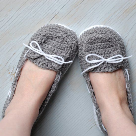 Make these super cute and comfy boat shoes slipper with this free crochet pattern.