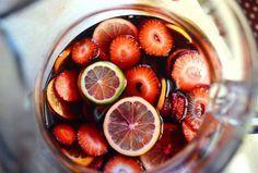 SANGRIA DE CHAMPANHE COM FRUTAS VERMELHAS {RECEITA} Que tal abrilhantar e refrescar sua mesa com uma bela Sangria de Frutas Vermelhaspara as festividades de fim de ano?! A gente ensina como!