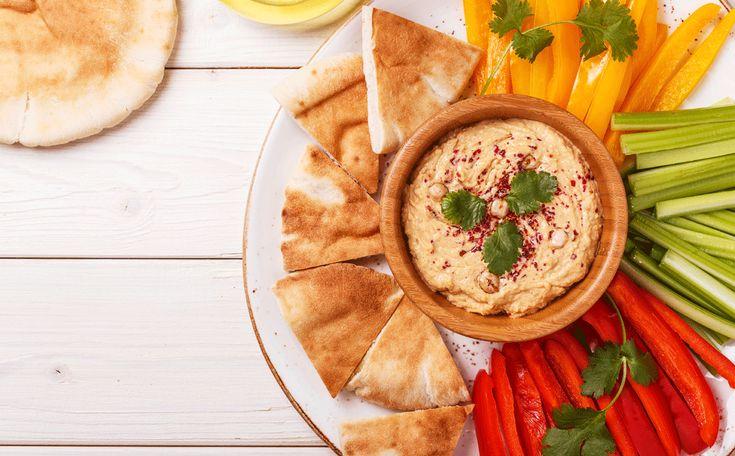 Hummus wordt steeds populairder. Niet vreemd, want deze vegetarische spread is gezond en lekker om groente in te dippen, als bijgerecht bij falafel of als broodbeleg. Je kunt er bovendien eindeloos mee variëren.
