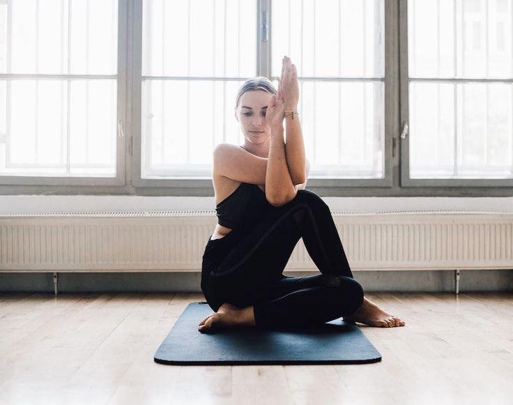 Habt ihr schon meinen Post mit dem Titel 'be the best version of yourself' gelesen? Es geht darum warum ich heute nicht mehr denke, dass ich immer Alles geben und über meine Grenzen gehen muss um die beste Version von mir selbst zu sein. Gemeinsam mit @trueyouofficial und @toyota_at grenzen wir uns ab und sind auf Nachhaltigkeit bedacht! Werbung #chrty #trueyou #trueyouxtoyota #suvcrossover #senseofmotion #toyota #yoga #om Foto: @samirnovotny