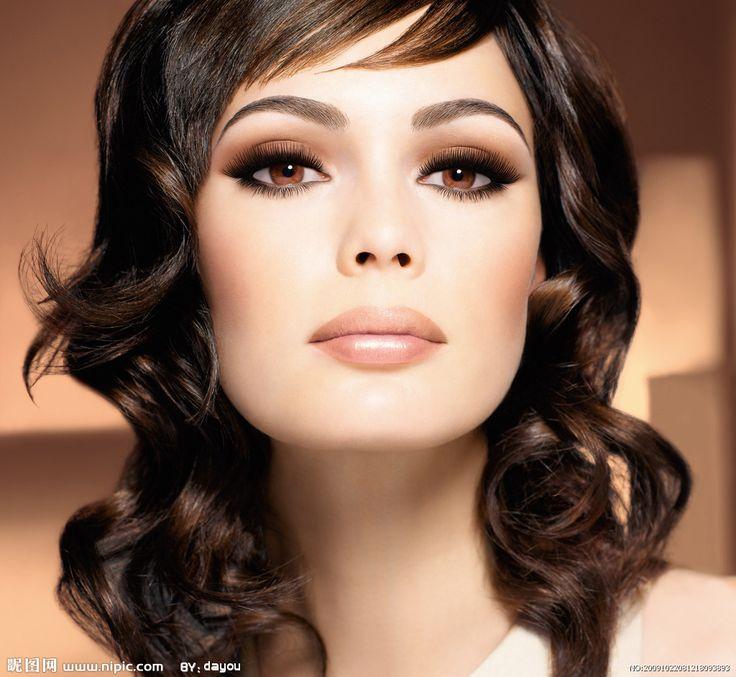 Smashing hair, makeup and eye color combination