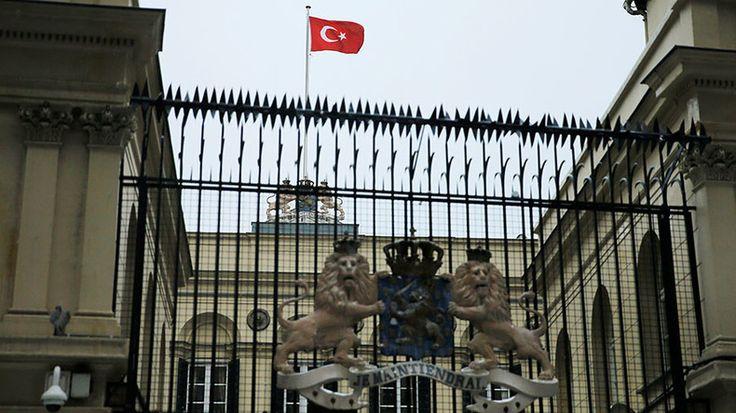 Des manifestants ont arraché le drapeau néerlandais du consulat des Pays-Bas à Istanbul, en pleine crise entre les deux pays, La Haye ayant expulsé la ministre turque de la Famille qui voulait assister à un meeting pro-Erdogan.
