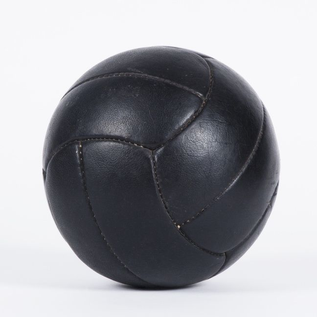 Leather training ball in excellent condition. Evokes a bit of sentiment in each one of us - it was part of school sports for so many years in our and our parent's lives. We have more pieces!