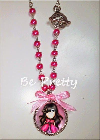 Colar comprido com corrente prata, pérolas de vidro rosa e medalhão Gorgeous nos mesmos tons.