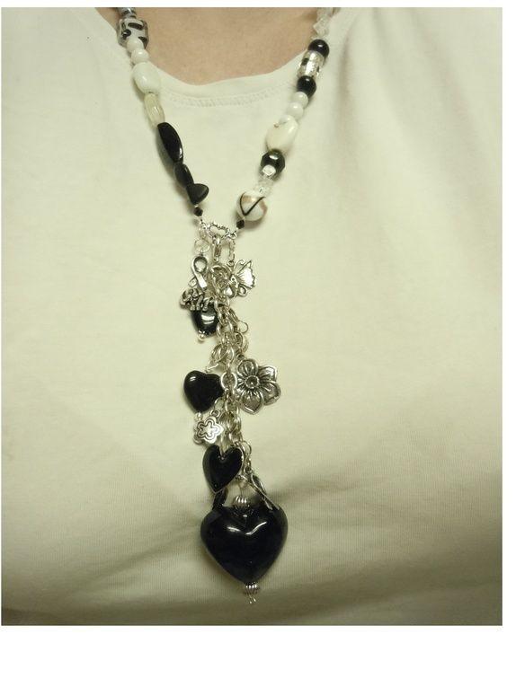2 i ett smykke, med bergkrystall, glassperler, metallcharms og svart hjerte