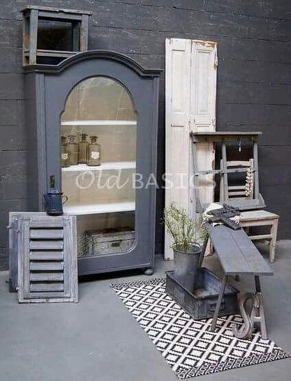 Ukieke oude brocante meubels van WWW.OLD-BASICS.NL webshop en grote loods vol unieke oude meubels en meubels op maat. Grijze landelijke vitrinekast, oude luiken, bankje wandrek krukje ijzeren bak. Stoer landelijk, industrieel en vintage.