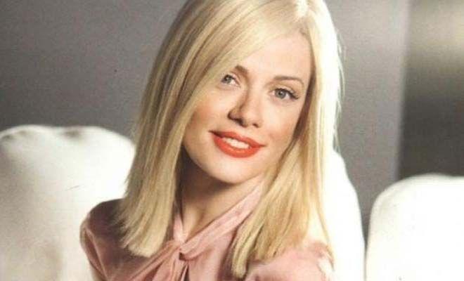 Η Ζέτα Μακρυπούλια (fun fact: στην πραγματικότητα την λένε Αγορίτσα-Ζωή) ξεκίνησε την καριέρα της ως μοντέλο, ενώ στη συνέχεια μεταφέρθηκε στον χώρο του θεάτρου. Τελειώνοντας τη δραματική σχολή του Βασίλη Διαμαντόπουλου, η όμορφη ηθοποιός άρχισε να κερδίζει πολλούς ρόλους στην τηλεόραση,%