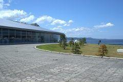 島根県立美術館は山陰地方最大規模の美術館 宍道湖の畔という景色のいい場所にあるんですよ 建物の西側がガラス張りになっているデザインがおしゃれ 屋上のテラス席からは宍道湖の絶景の夕日を見ることができますよ tags[島根県]