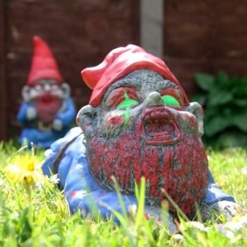 Se acabaron los #gnomos monos para jardín! Pon un #zombie en tu vida y si se arrastra, mejor  Lo puedes encontrar aquí: http://www.regatron.es/gnomo-jardin-zombie-crawler.html