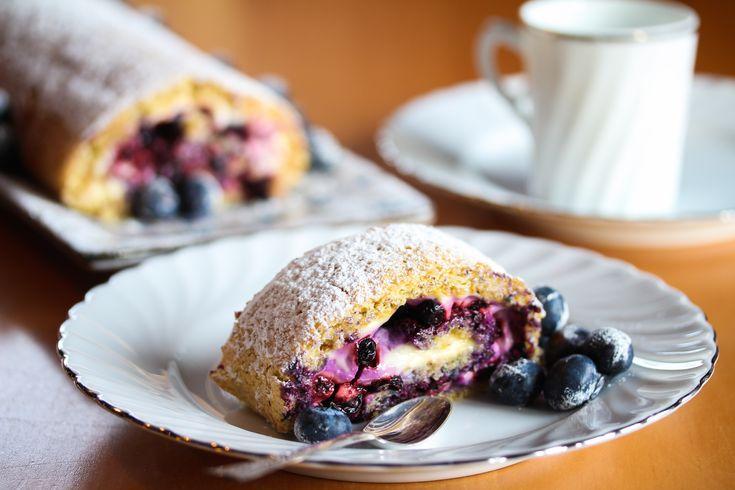 Dette er en sommerlig rullekake som lages med blåbær, mandler og vaniljekrem! Høres godt ut, ikke sant?