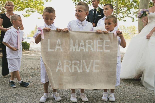 Bonne idée!  ©Ernestine et sa famille - Un mariage retro pres d Arles - La mariee aux pieds nus