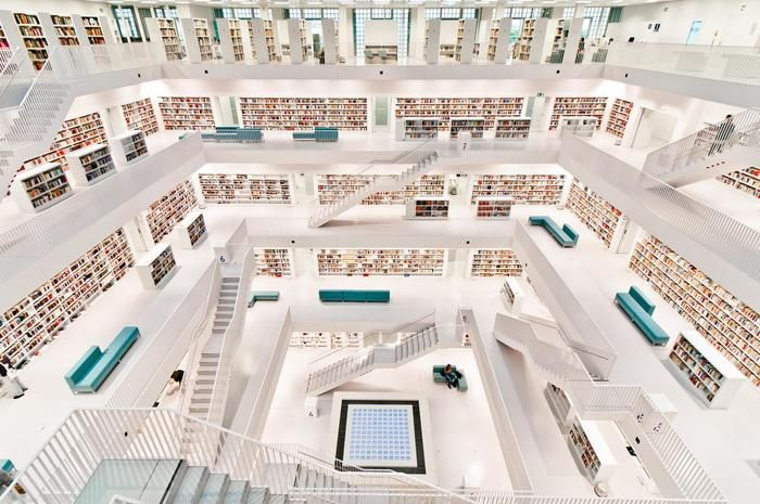 ドイツ南西部のシュトゥットガルト市に2011年に完成した「シュトゥットガルト市立図書館」。ガラスやコンクリートを用いて直線で構成された近未来的なデザインはまさに21世紀を代表する図書館と言えそう。