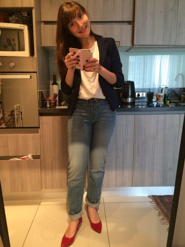 Estilo de día viernes! Jeans holgados con polera blanca, chaqueta navy y stilletos rojos de charol ❤️